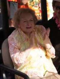 Un flash mob pour les 93 ans de Betty White (Ann Douglas) !
