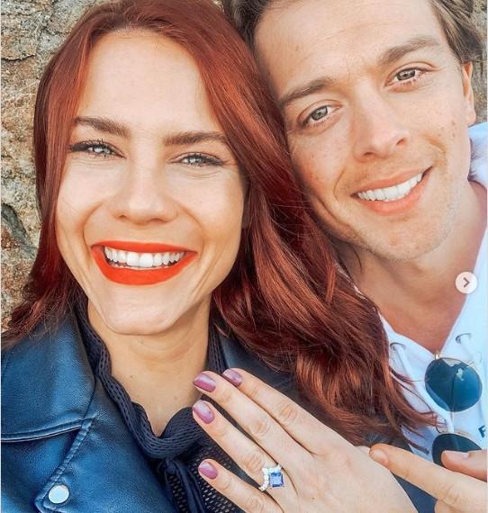 Courtney Hope (Sally Spectra d'Amour, Gloire et Beauté et Les Feux de l'Amour) vient de se fiancer!