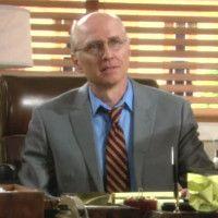 Les Feux de l'Amour : Le Dr Hill (John Prosky) dit tout à Nick.