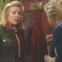 Les Feux de l'Amour : Maureen (Meredith Baxter) sait être très amicale avec Nikki.