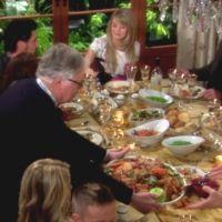 Amour, Gloire et Beauté : Charlie (Dick Christie) prend soin des invités.
