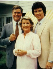 Jr, Bobby (Patrick Duffy) et Miss Ellie.